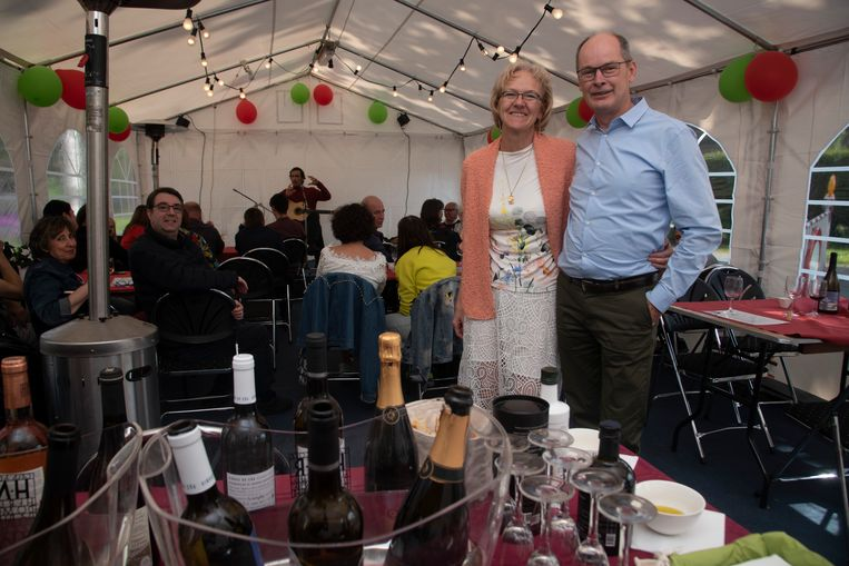 Caroline en Chris vieren de 5de verjaardag van hun wijnhandel in Massemen.
