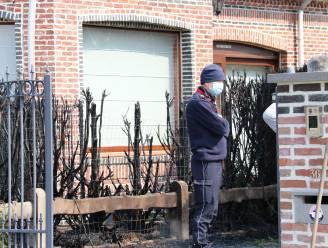Deel van sparrenhaag gaat in vlammen op, raam van buren gebarsten door hitte