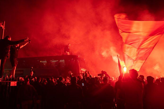Naast het feest op de Brink werd de spelersbus van de Eagles met veel enthousiasme onthaald bij het Van der Valk Hotel.