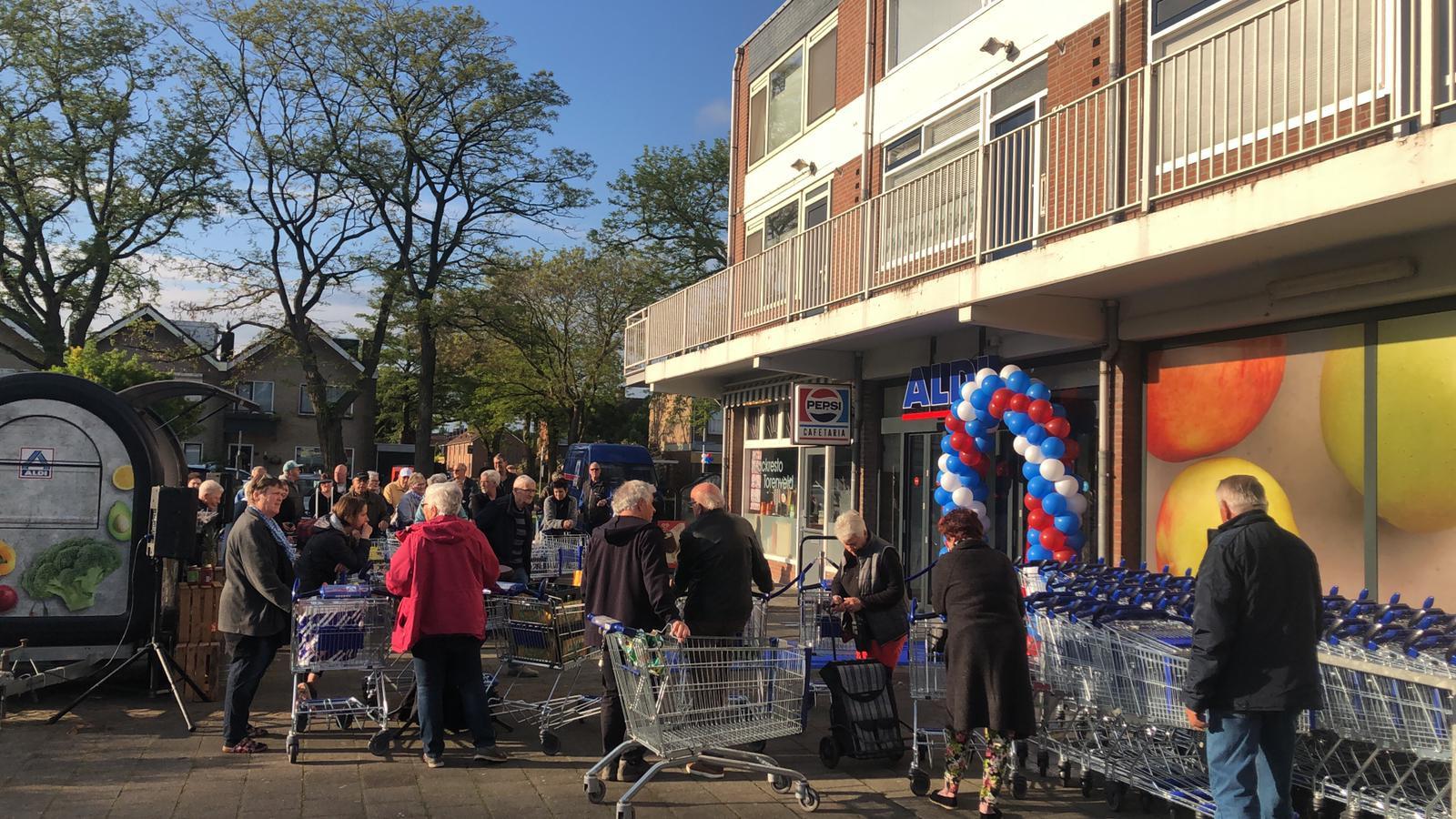 Om 8.00 uur vrijdagochtend, vlak voor de opening, was het druk voor de deur van de Aldi in Zevenbergen.