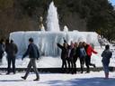 Studenten poseren voor een foto bij een bevroren fontein aan de universiteit van Baylor in Waco, Texas.