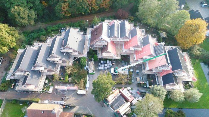 Vanuit de lucht is de bijzondere dakconstructie van de woningen aan het Waterland goed te zien.