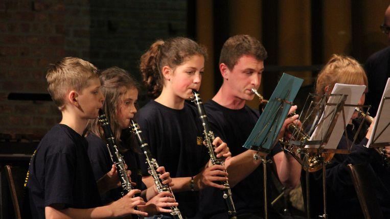 Een aantal muzikanten van de Rupelzonen in actie.