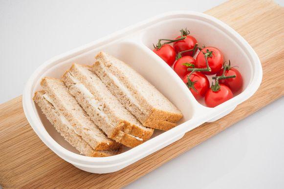 Een boterham met smeerkaas en kerstomaatjes (l.) en boterham met omelet en broccoliroosjes behoren tot het gamma. .