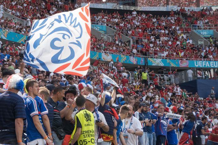 Hier hadden de zes zaterdag moeten zijn: het bomvolle Ferenc Puskas-stadion in Boedapest. Honderden Franse supporters woonden de EK-wedstrijd bij.