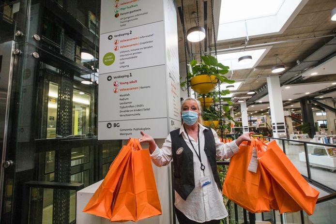 De Zoetermeerse bibliotheek is opnieuw ingericht en daarom zijn ook de verwijsborden aangepast. Op de begane grond is geen boek meer te vinden. Ondertussen is de bieb gesloten en halen mensen hun boeken af in tasjes.