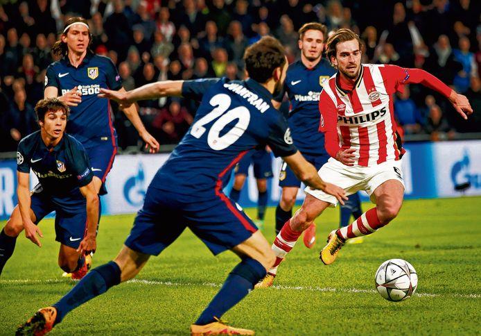 Davy Pröpper namens PSV in actie tegen Atlético Madrid in 2016.