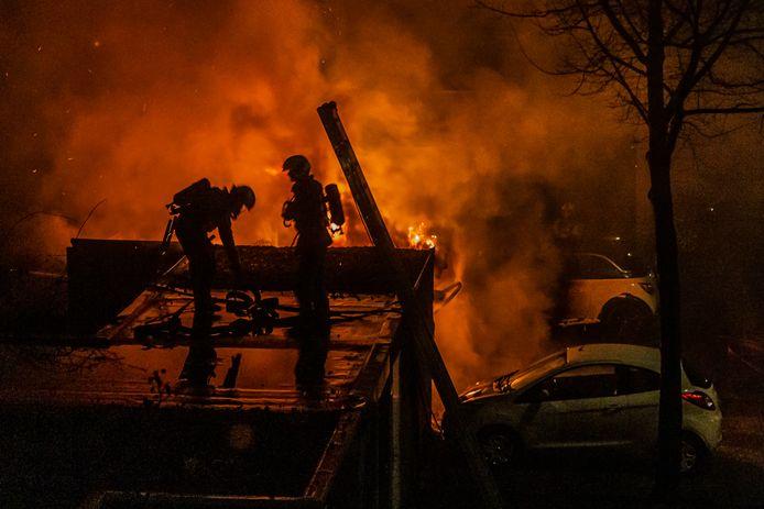 Een vuurzee ontstond bij de carport bij de woning in Nijenheim waar afpersers brand stichtten.