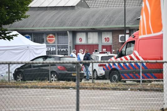 Hulpdiensten bij de plaats waar de dode man is gevonden in Geldrop.