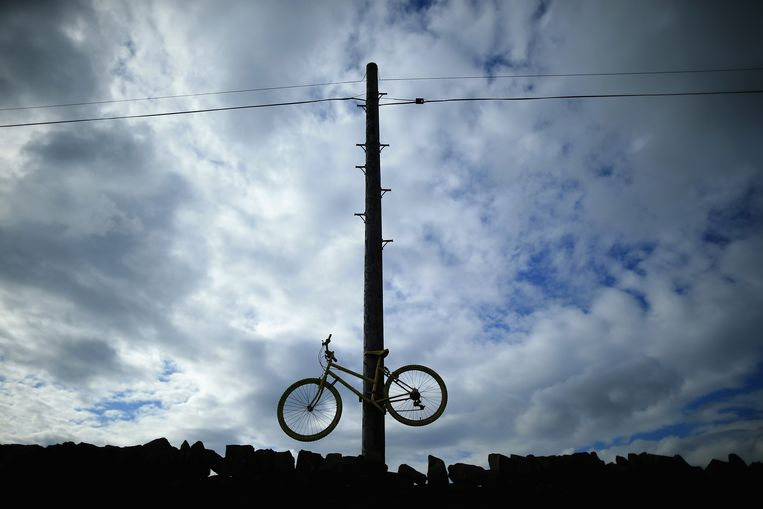 ADDINGHAM, UNITED KINGDOM - JUNE 24:  A yellow bicycle hangs from a telegraph polel as Yorkshire prepares to host the Tour de France Grand Depart, on June 24, 2014 in Addingham, United Kingdom. The people of Yorkshire are preparing to give the riders of the 2014 Tour de France a grand welcome as the route of stages one and two are decorated with bunting, bikes and yellow jerseys  The Grand Depart of the 2014 Tour De France is taking place in Leeds with the first two stages taking place across Yorkshire on 6th and 7th of July.  (Photo by Christopher Furlong/Getty Images) Beeld Getty Images