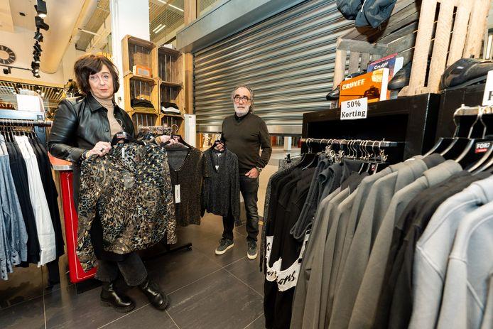 Patricia en Ton Kelders openen hun modezaak Forza in Maarssen toch niet, onder druk van boetes en extra straf.