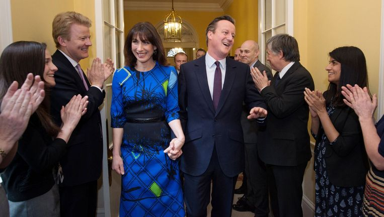 David Cameron en zijn vrouw Samantha keren de dag na de verkiezingen triomfantelijk terug in Downing Street 10 van een bezoek aan koningin Elizabeth. Beeld AFP