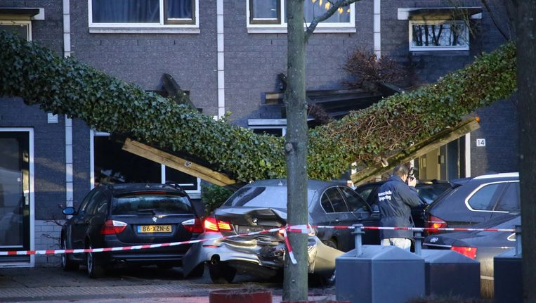 De schade in de Knokkestraat na de spectaculaire actie door een arrestatieteam. Beeld anp