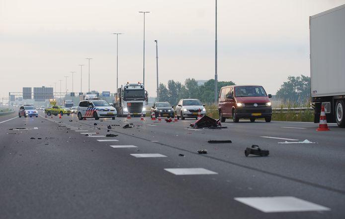 De A1 bij Deventer lag vanochtend bezaaid met brokstukken na een ernstig ongeval tussen een truck en een auto.