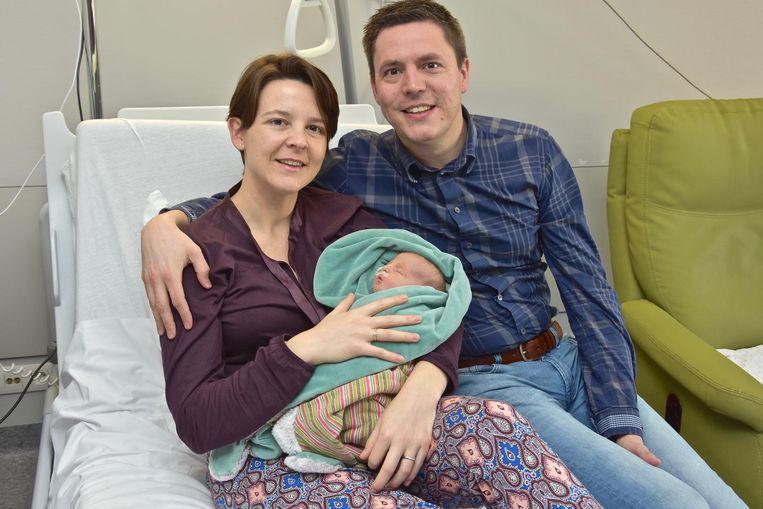 Mama Elke Wybaillie, met baby Charlotte en papa Bert Verhaeghe. Het kindje meet 47 centimeter en weegt 2,780 kilogram.