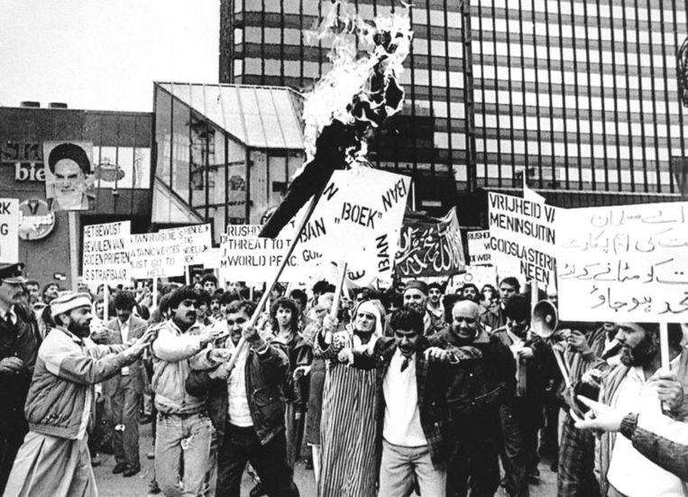 Demonstraties tegen De Duivelsverzen van Rushdie in 1989 in Rotterdam. Beeld ANP