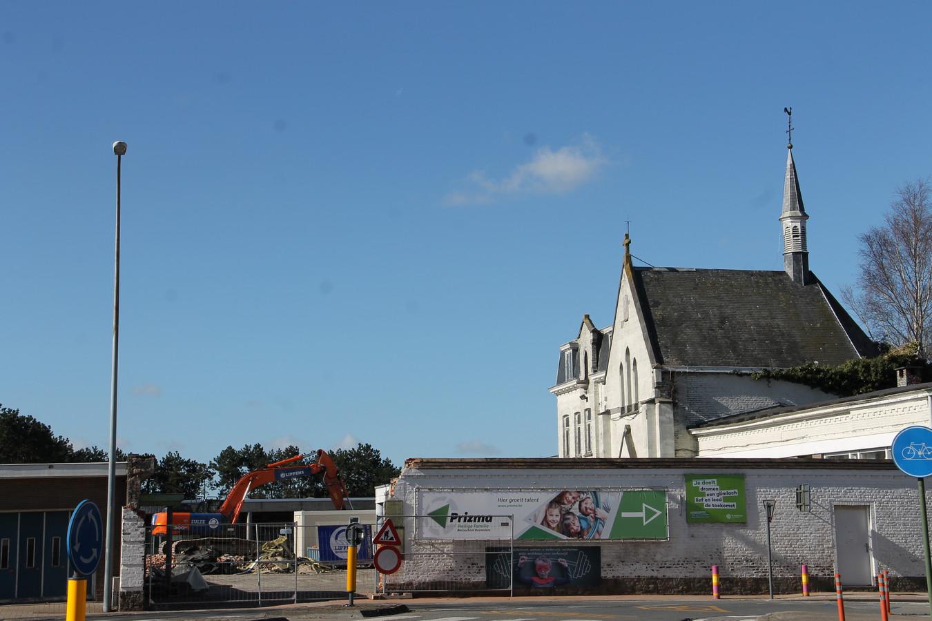 De afbraakwerken aan de oude schoolgebouwen bij de Heilige Familieschool zijn begonnen. Volgende week verdwijnt ook de kapel, maar de aannemer bekijkt om het oude torentje nog te recupereren.