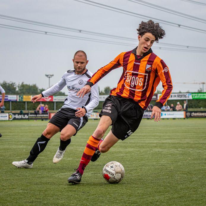 Gebruikelijk beeld, FC Zutphen in balbezit en Eefde in de achtervolging.