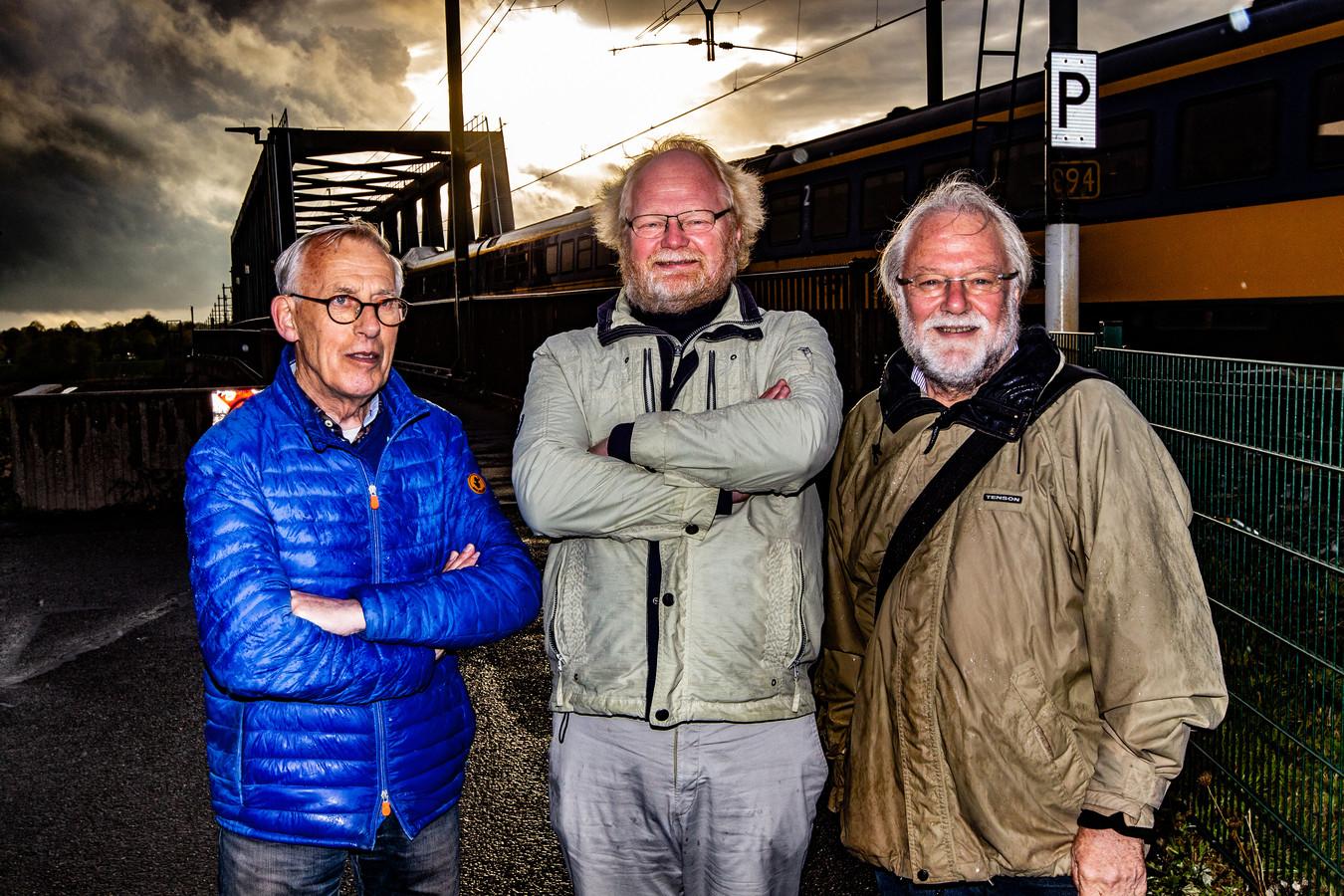 Henk Nijhuis, Freddy Braaksma en Albert van Driel (vlnr) ervaren overlast door geluid van treinen. ,,Daar is wat aan te doen.''