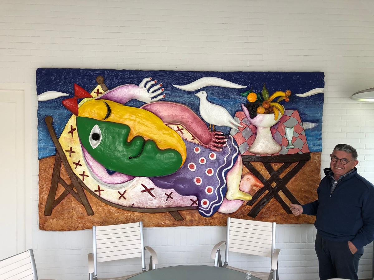 """In zijn tuinhuis heeft Cor van der Heijden nog een groot kunstwerk van Juan Ripollés hangen. ,,Een blijvende herinnering aan Rien"""", zegt hij."""