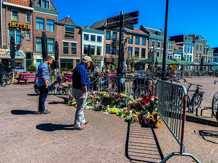 Bloemen bij de plek van het verkeersongeluk.