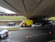 Auto's botsen op elkaar onder Edes viaduct, flinke vertraging vanwege wegafsluiting