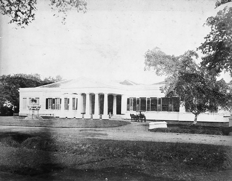 Het museum van het Bataviaasch Genootschap eind 19de eeuw. Nu het Museum Nasional in Jakarta.      Beeld Tropenmuseum, part of the National Museum of World Cultures