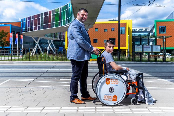 Raadslid Yildirim Usta van DENK/Verenigd Arnhem met zijn zoon Ömer.