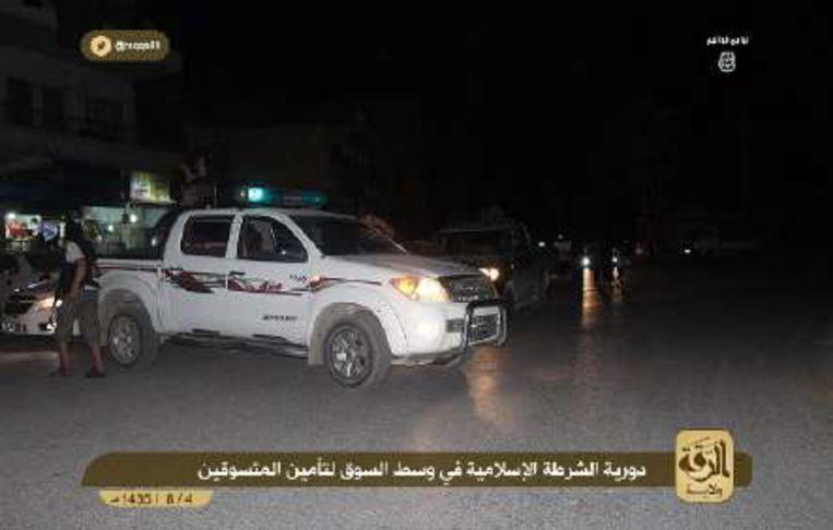 Politie van Islamitische Staat bij een checkpoint in Raqqa. Beeld videostill