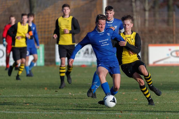 Thijmen van der Weide (blauw shirt) duelleert namens Vivoo met NSV-speler Melvin Brouwers. Op de achtergrond kijkt Vivoo-captain Ronny Bolders toe.