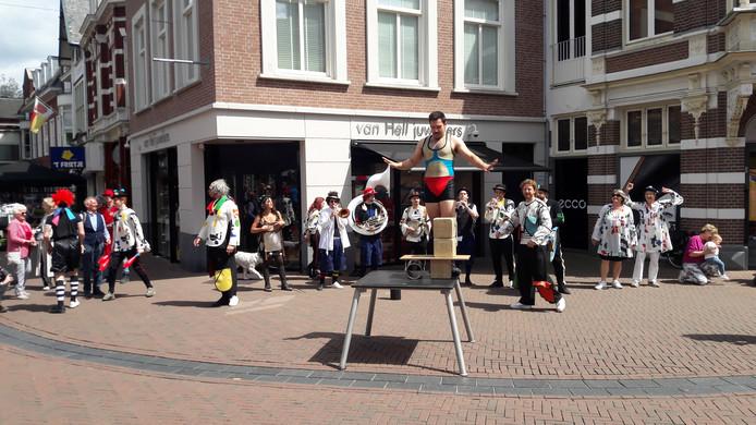 De Ashton Brothers promoten hun show in het hartje van Apeldoorn.