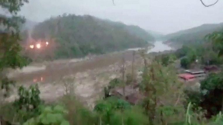 Op beelden die zijn verspreid op sociale media zijn vlammen en rook te zien op een beboste heuvel. Beeld via REUTERS