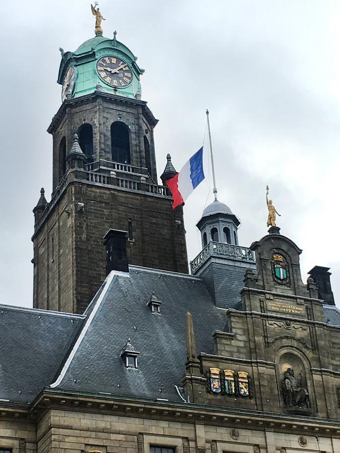 De Franse vlag hangt halfstok op het stadhuis van Rotterdam na de aanslag in Nice.