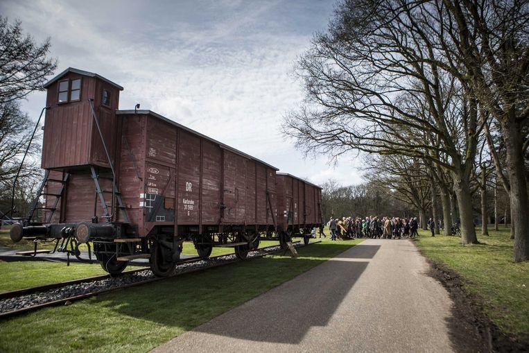 Goederenwagons die waarschijnlijk voor de deportatie van Joden zijn gebruikt staan in het Herinneringscentrum Kamp Westerbork.  Beeld EPA