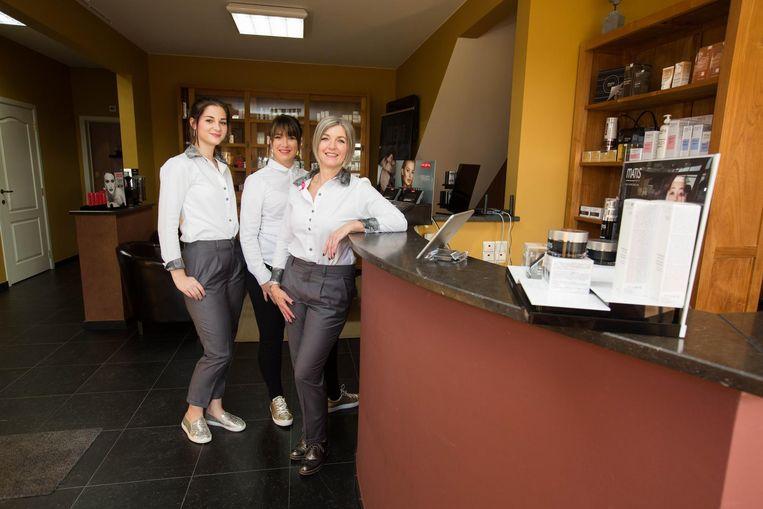 Medewerksters Debby Gielen en Raisa Loos met zaakvoerster An Segers. Stephanie Volders ontbreekt op de foto.