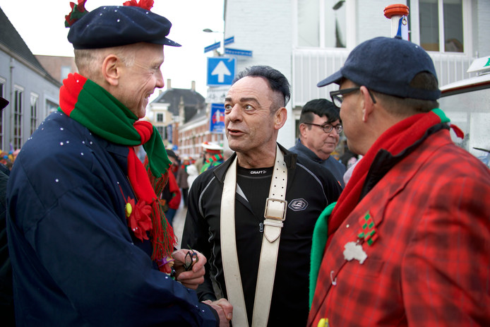 Ook waarnemend burgemeester Marcel Fränzel (links) kwam een kijkje nemen, hier maakt hij een praatje met Emile van Rooij, die namens VVBE Lijn 11 deelnam aan de optocht, maar ook bekend is als journalist en columnist voor een Oosterhouts weekblad. Zijn kritiek op de burgemeesterskwestie was niet mals.