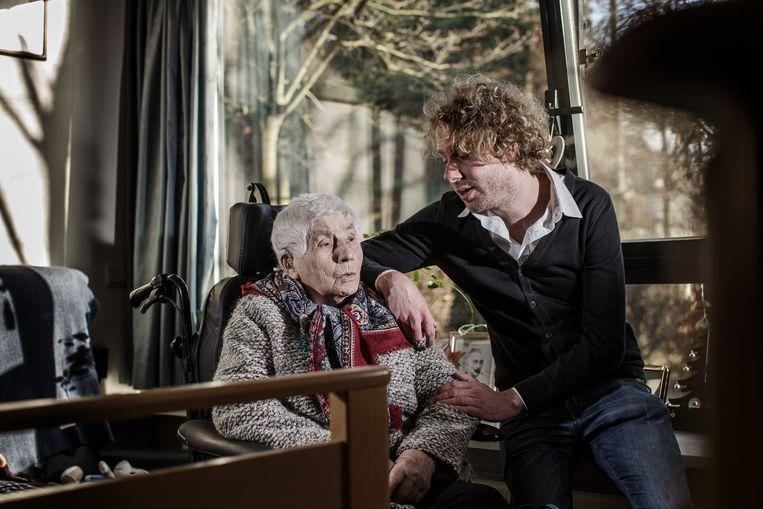 Wannes Deleu en zijn grootmoe Rosa. Hij woont momenteel bij haar in woon-zorgcentrum Den Olm in Bonheiden. Beeld Bob Van Mol