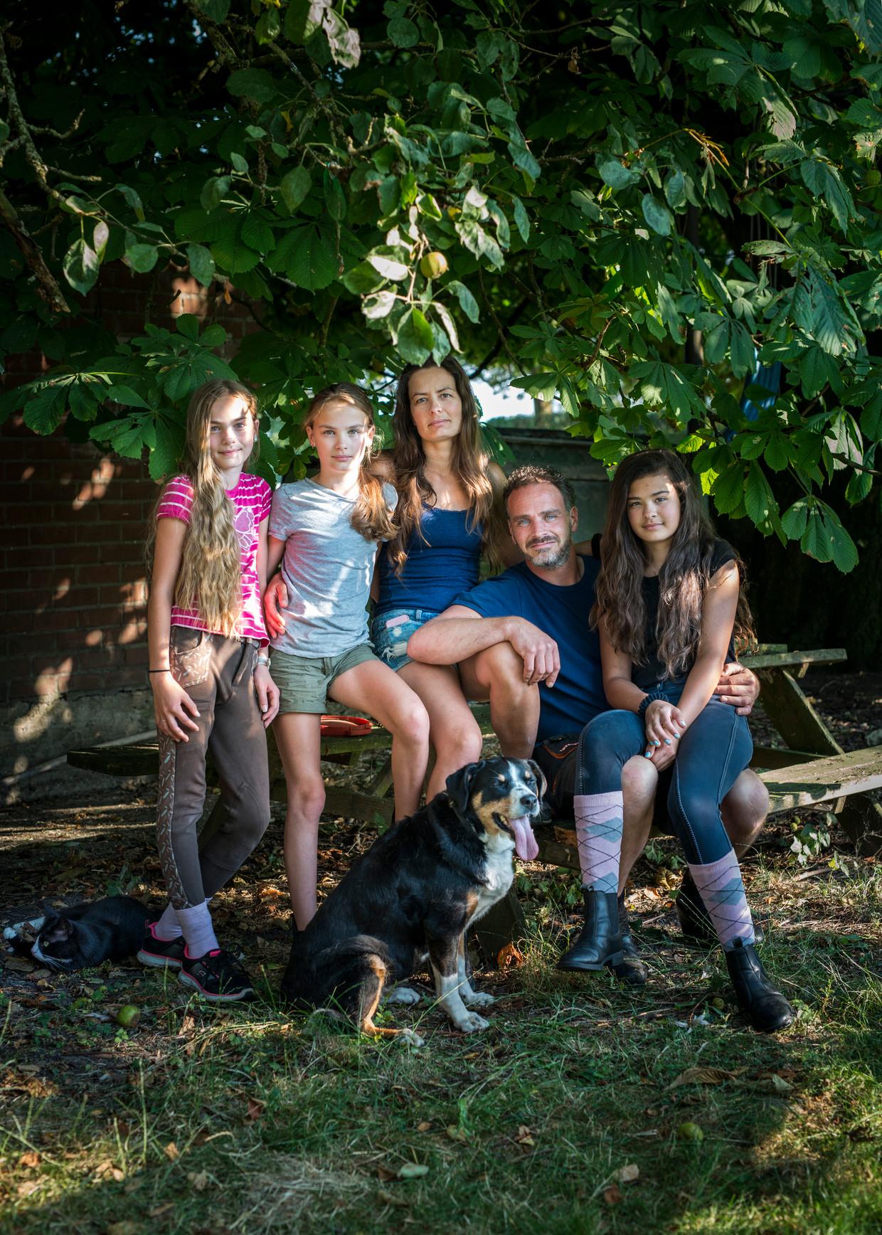 Henno Hak leeft samen met zijn vrouw Femke en 3 dochters op Anna's Hoeve te Abcoude: een boerenbedrijf dat onder grote druk staat. Daarnaast hebben ze een yoghurtmakerij en een bed and breakfast.