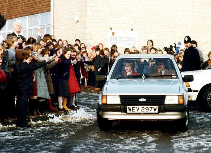 Diana in de auto die ze kreeg van prins Charles, hier op een foto uit december 1981. De Ford Escort wordt nu geveild en zal naar schatting 35.000 tot 46.000 euro opbrengen.