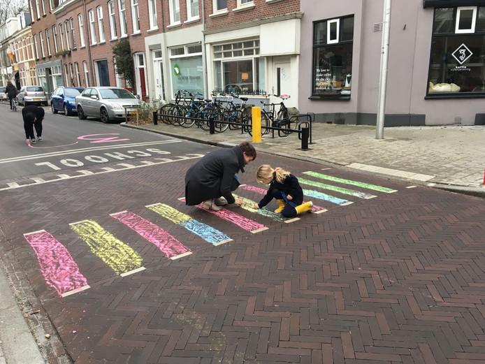 Buurtbewoners stoepkrijtten onlangs een zebrapad op de Griftstraat in Wittevrouwen om aandacht te vragen voor de verkeersveiligheid.