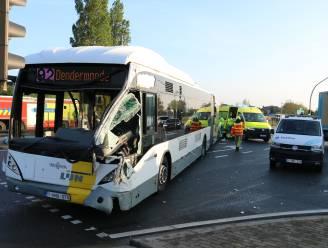 Vrachtwagen en lijnbus botsen op N41: kruispunt volledig geblokkeerd