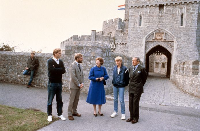 Willem-Alexander, geflankeerd door toenmalig koningin Beatrix en prins Claus, bij het World Colleges' Atlantic College in Wales in 1983.