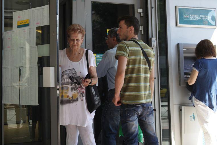 De Griekse banken zijn al twee weken gesloten. Enkel gepensioneerden kunnen er terecht om hun pensioen op te halen. Beeld AP