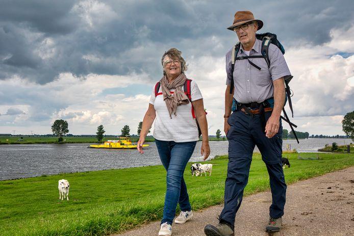 Hans Kuijpers is de bedenker van het Biesboschpad. In juli liep hij de route met zijn vrouw Els, hier bij het pontje bij Dussen langs de Bergsche Maas.