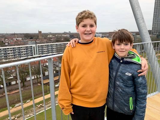 Voor Mauro Verschuren (l) en Tobias Verschuren (r) lijkt de wereld vanaf de hoge Kempentoren ineens veel dichterbij