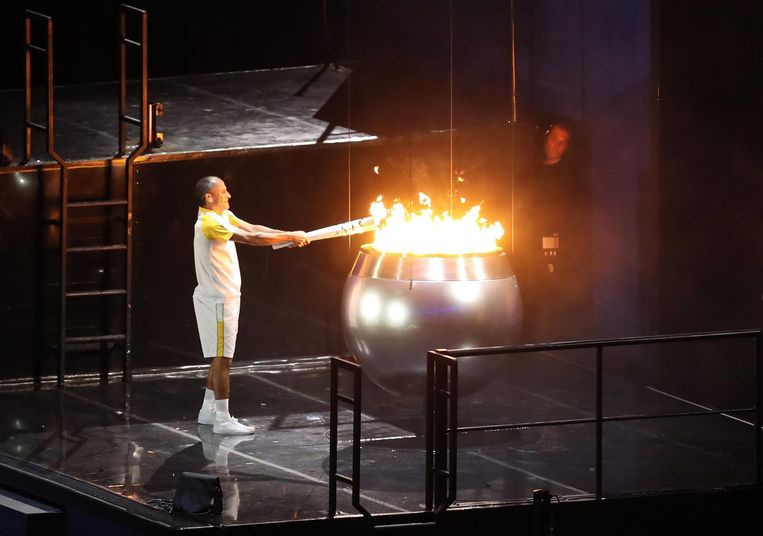 Vanderlei Cordeiro steekt het olympisch vuur aan. Beeld epa