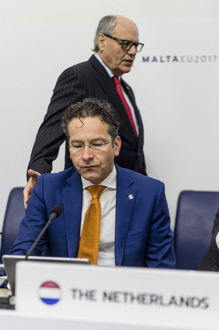 Jeroen Dijsselbloem en Minister van financiën van Malta Edward Scicluna tijdens de bijeenkomst op Malta. Beeld Jonas Roosens / ANP