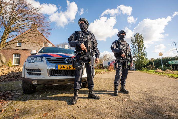 fotobert— Neerkant Groot Drugslab aangetroffen in boeren schuur. Politie bewaakt het lab