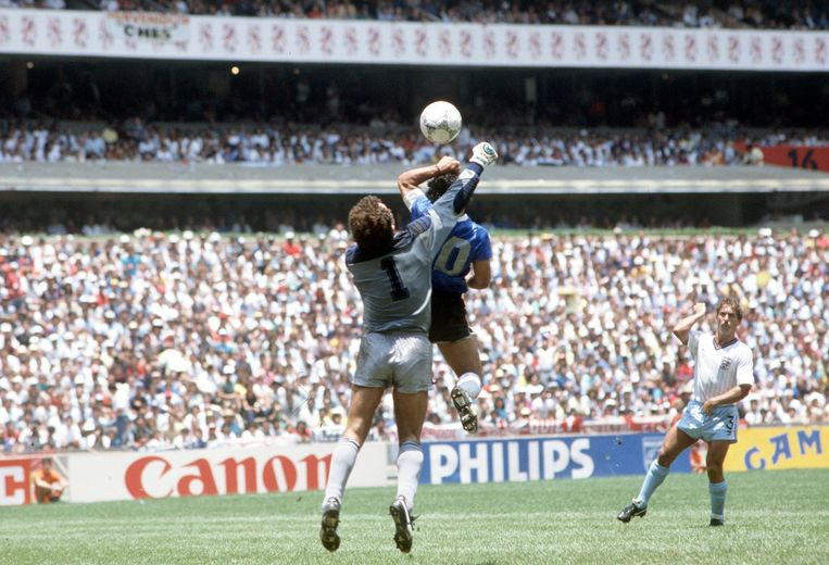 Peter Shilton (1.83 meter) legt het af tegen Diego Maradona (zonder arm en hand 1.65 m).  Beeld Bob Thomas / Getty