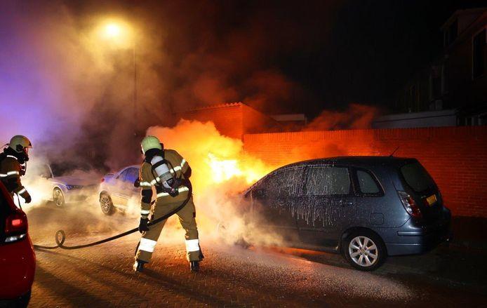 De brandweer moest de autobranden in Den Bosch blussen.